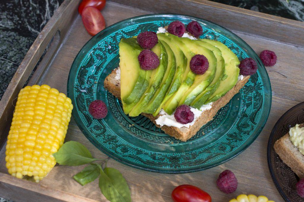 Doručak sa avokadom i kozijim sirom
