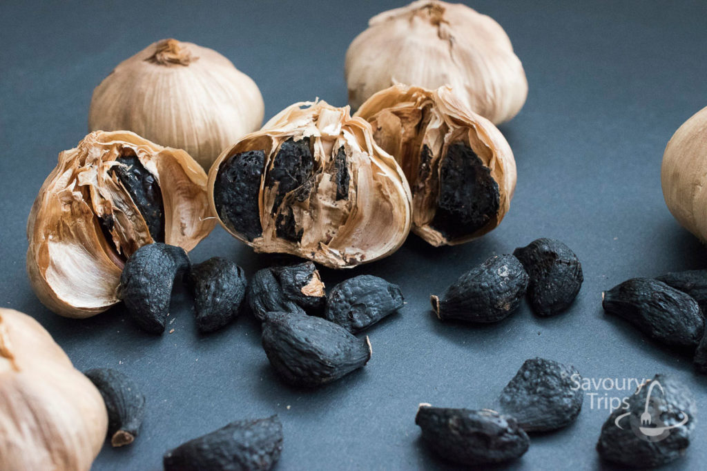 Crni-beli luk, black garlic