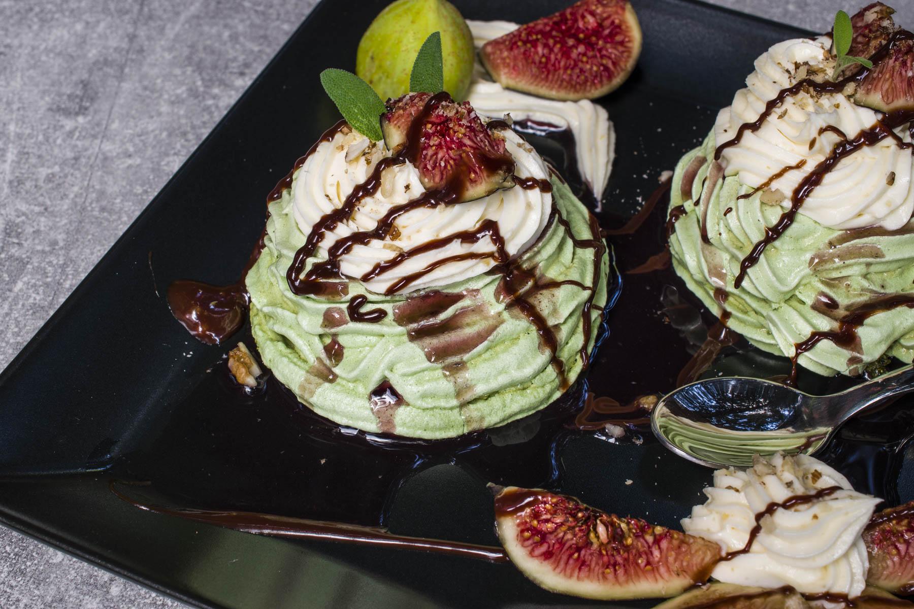 Meringue in vanilla cream with fresh figs