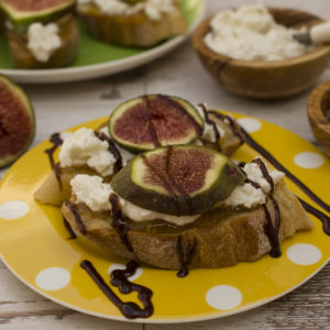 Fresh figs with goat cheese