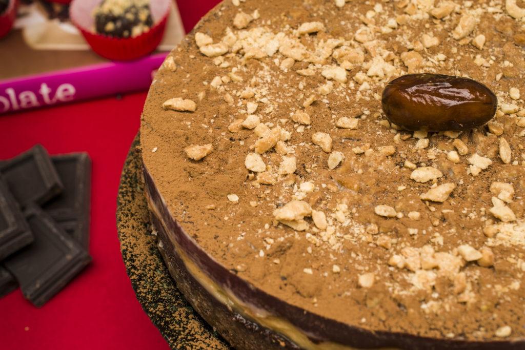 Slatka mala izvrnuta torta od čokolade i kikirikija