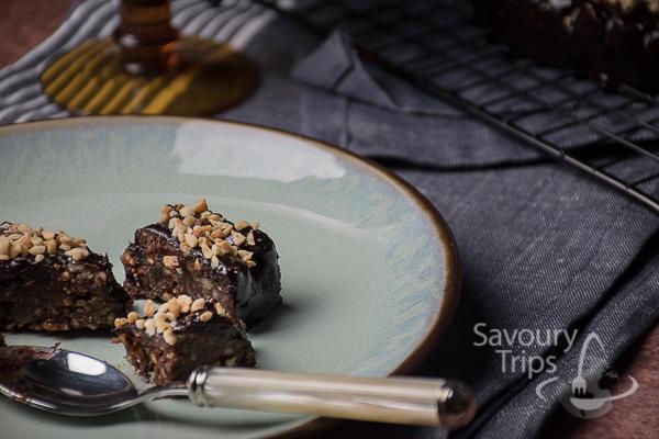 Kolač sa sjajnom čokoladnom glazurom